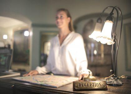 vrouw-receptionist-hotel